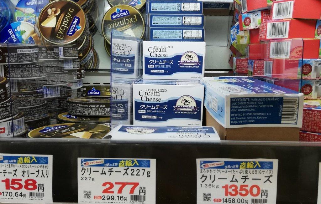 業務スーパーの棚に並ぶクリームチーズ