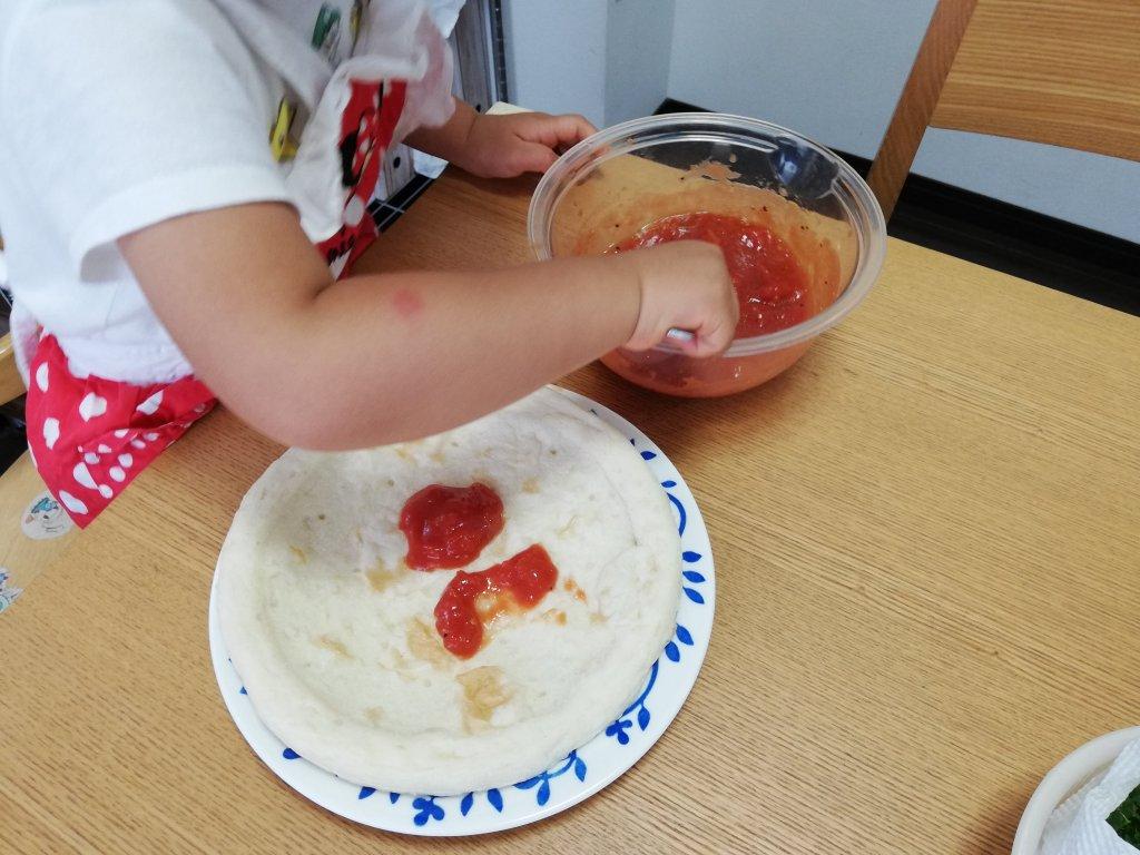業務スーパーのピザ生地にトマトソースを塗る