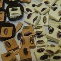 Cioccolato bianco e al latte scottato con pistacchi – White chocolate and latte scottato chocolate with pistachios
