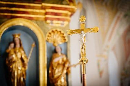 Kirchensteuer und Kirchensteuerpflicht - Kreuz Symbol Christentum
