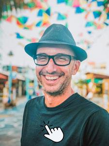 Lachender Mann mit Hut und Brille