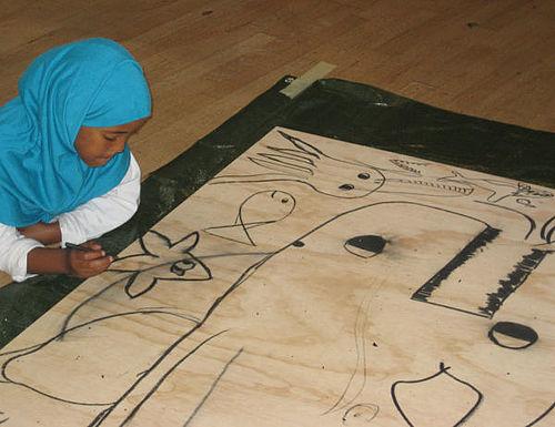 Børn bygger isvogn af skrot