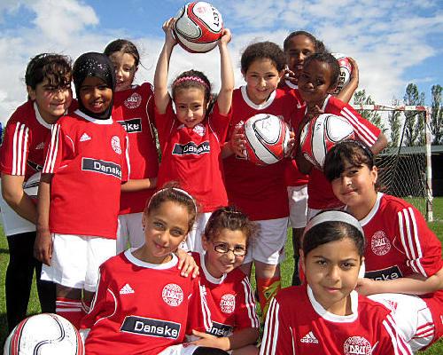 Rekord-mange til fodboldskole – piger er i flertal