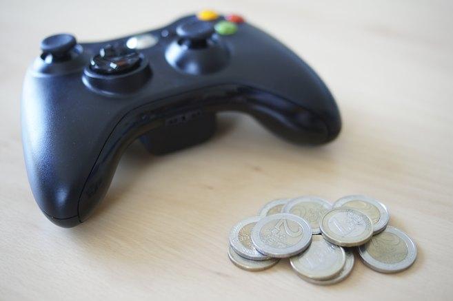 The DLC Trap - Xbox 360 Controller mit Münzen