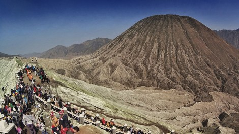 Pemandangan ke arah Batok dari puncak Bromo