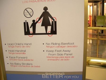 No sabría por dónde empezar... ¿qué nivel de seriedad le inspira este cartel de un centro comercial?