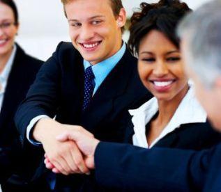 Lo que hace especial al intérprete de enlace es que trabaja exclusivamente para sus clientes durante el tiempo requerido, por lo que es muy productivo, confidencial, rápido y cómodo para todas las partes.