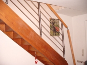 Treppe mit montiertem Geländer