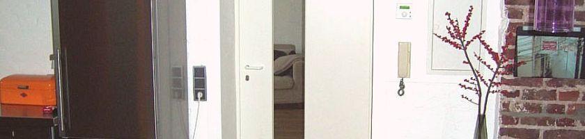 individulle Zimmertür mit schmalem Lichtausschnitt