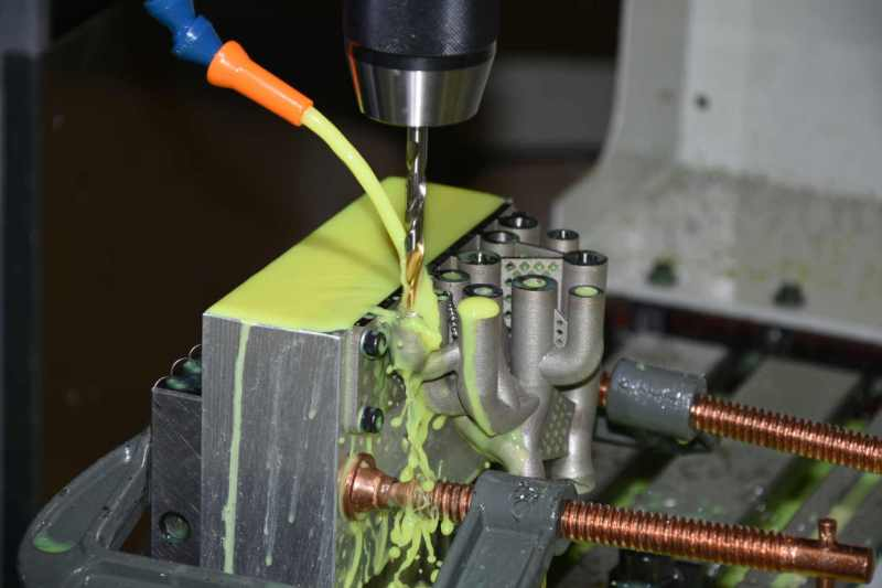 Hydraulic manifold produced using additive manufacturing in post-processing