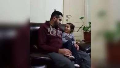 Photo of Kuran Okuyan Babasının Yanlışlarını Düzelten Küçük Kız