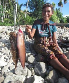 """E. Timorese woman diver with her fish. Photo: Enrique Alonso, """"Wawata Topu"""""""