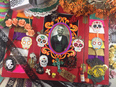 Photo of the frame and Day of the Dead notions.