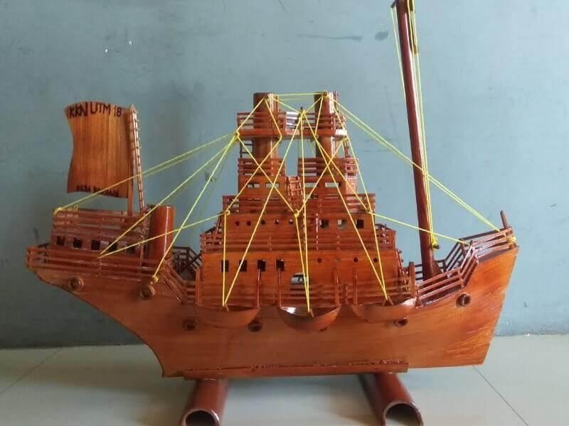 miniatur kapal layar dari bambu