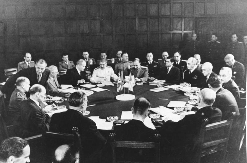 Imatge presa en una de les sessions de la Conferència de Potsdam (juliol de 1945). Hi són presents Harry S. Truman i Joseph Stalin. [Bundesarchiv, Bild 183-R67561 / CC-BY-SA 3.0]