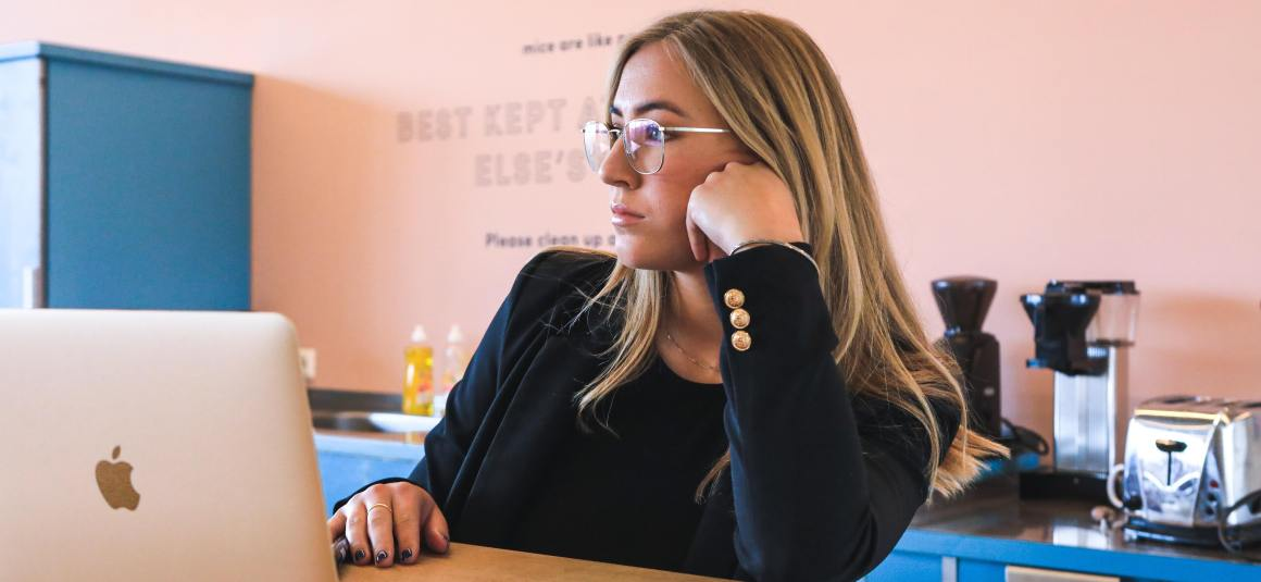 Woman on laptop in a cafe considering common PR pitfalls