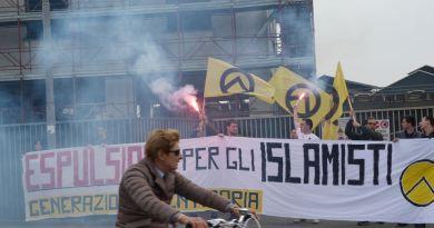 """Blitz dimostrativo """"Espulsione per gli islamisti"""" (Bergamo)"""