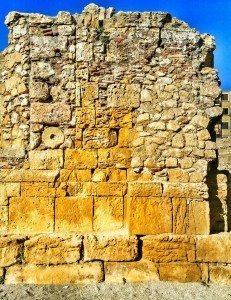 blocchi e rocchi di colonna reimpiegati nella chiesa medievale al centro dell'arena. Queste sono pietre che raccontano storie