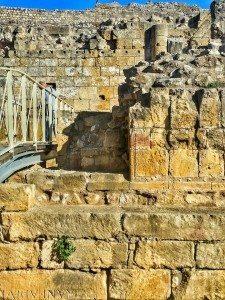 Nella chiesa dentro l'arena non manca nulla: iscrizioni reimpiegate nel basamento e blocchi modanati. Dentro la navata si intravvedono le semicolonne addossate alla parete