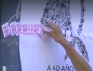 Papelitos de prostitución pegados sobre el pañuelo de Madres de Plaza de Mayo