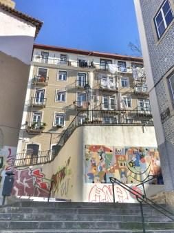 Art urbain vers Praça da Figueira