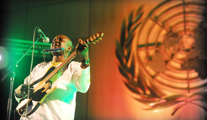 chanteur africain sur la scène de l'ONU à Genève