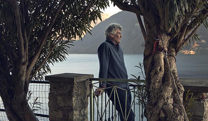 un homme entre deux arbres sur le lac de Lugano