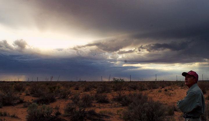 Un homme à casquette dans le désert