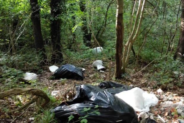 spazzatura rifiuti abbandonati