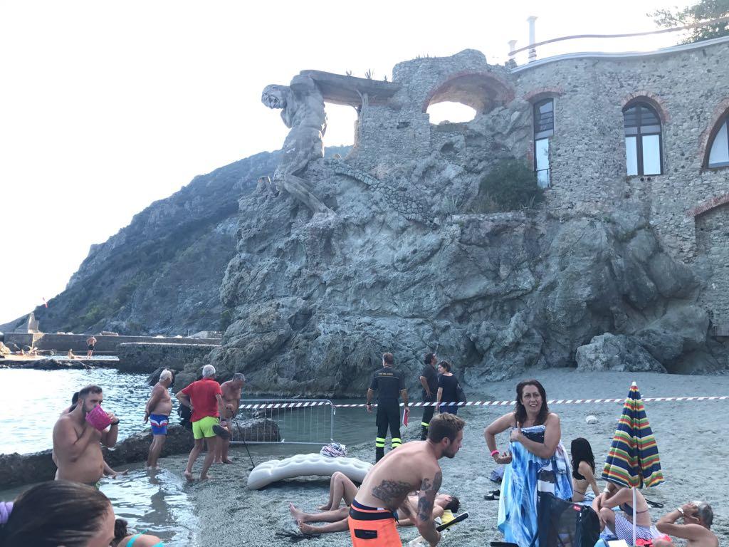 Cinque Terre, i vigili del fuoco sgomberano e transennano la spiaggia del Gigante. La statua sarebbe pericolante