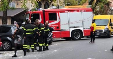 Crollano calcinacci da un cornicione in piazza Martinez. Sul posto i vigili del fuoco