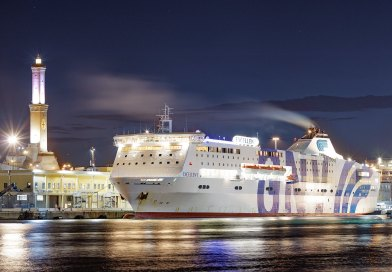 Spettacolare foto del porto di notte con la Lanterna e un traghetto ormeggiato