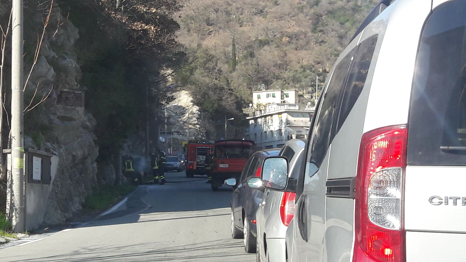 Sgabello Per Salire In Auto : Auto in fiamme in via cadighiara transito bloccato. sono