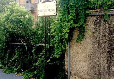 Via Frugoni, degrado in centro tra vegetazione invadente e balaustre pericolanti
