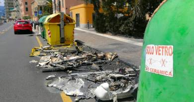 """Cassonetti bruciati in via Pra', Fontana: """"Vandalismo mirato a danneggiare la città"""""""