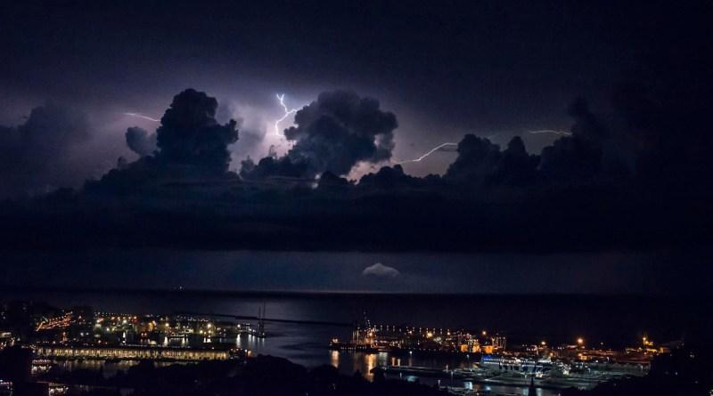 Tempesta di fulmini al largo di Genova e del Tigullio – FOTO E VIDEO