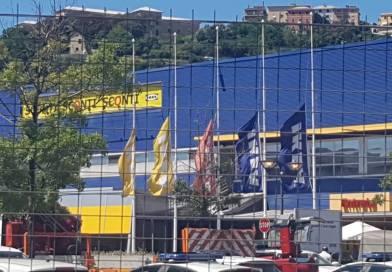 Una città in lutto: chiusa anche l'Ikea, con bandiere a mezz'asta
