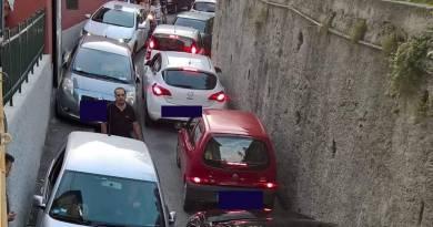 Via Monte Guano ostaggio dei veicoli, ma la polizia locale non vuole mandare agenti