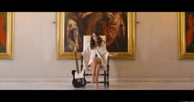 Palazzo Rosso fa da scenario al videoclip con cui Giulia Mutti si candida per Sanremo Giovani