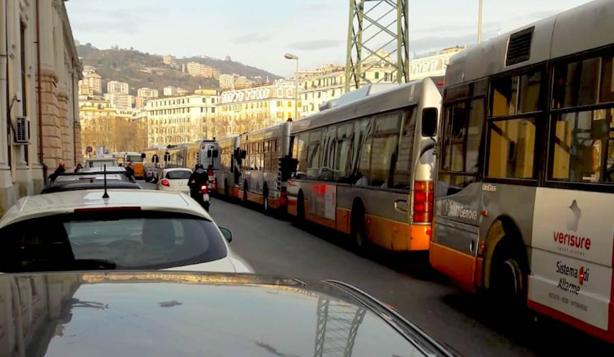Incidente in via Moresco, tutta la viabilità della Valbisagno paralizzata - LE FOTO