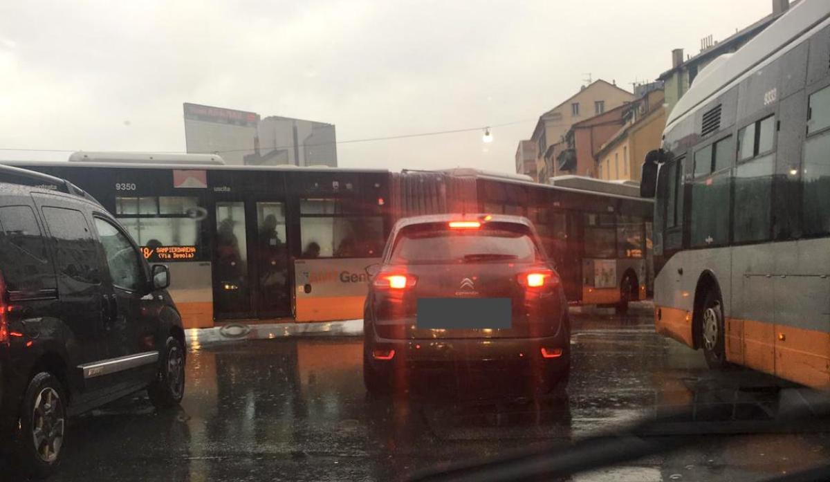 Bus da 18 metri non riesce a svoltare in via Canevari, traffico in tilt tra via Canevari e Brignole