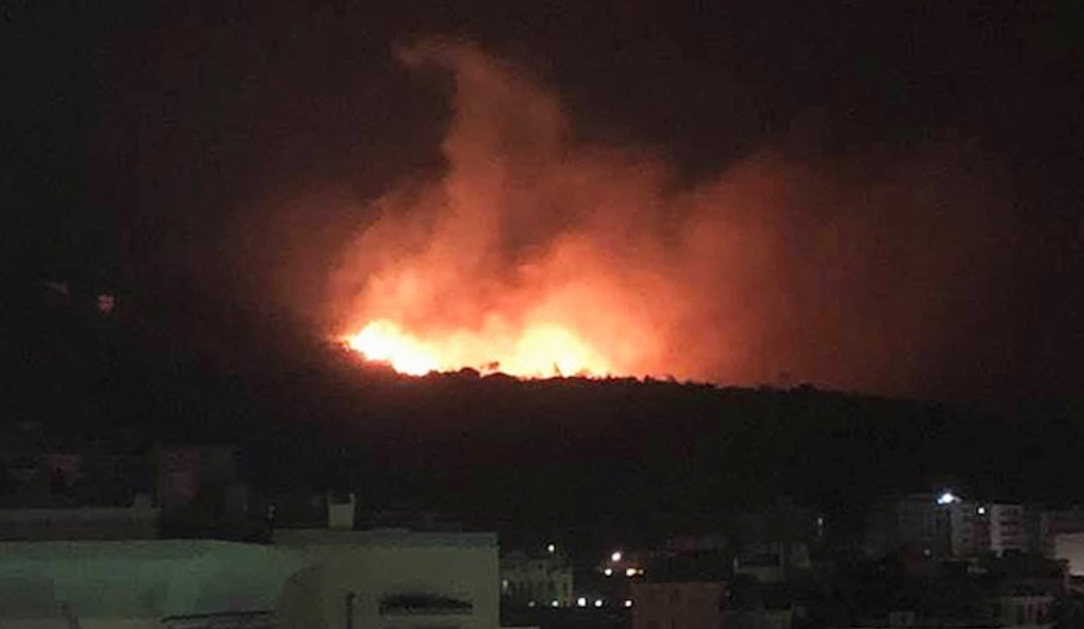Spaventoso incendio a Cogoleto, evacuazione in corso