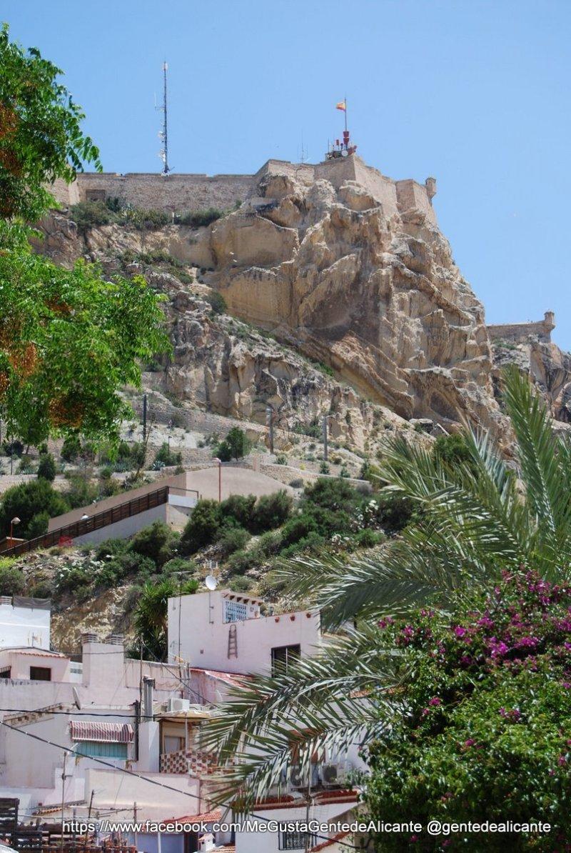 Castillo-santa-barbara-Alicante-desde-barrio-santa-cruz
