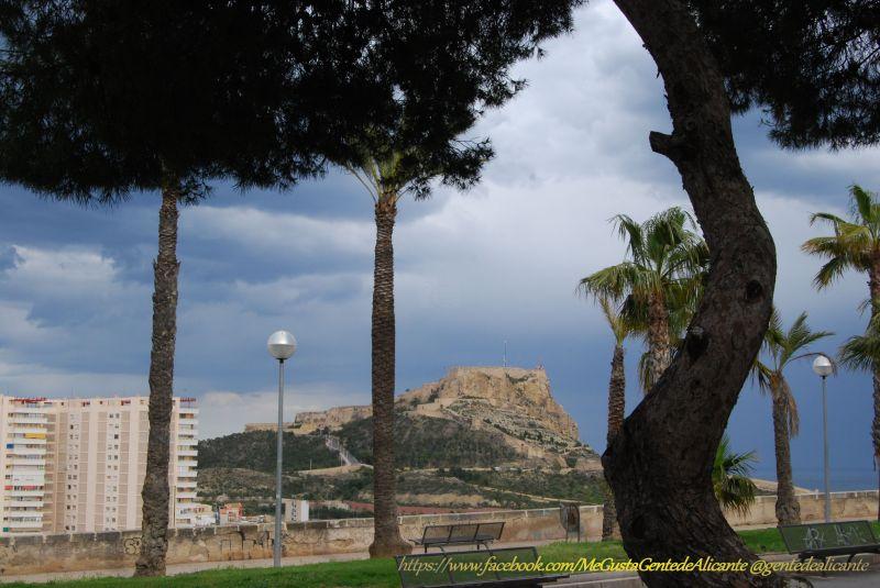 Alicante-Castillo-Santa-Bárbara-nublado-desde-el-Castillo-San-Fernando