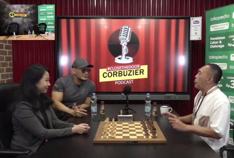 Pertandingan catur antara Dadang Subur alias Dewa Kipas dengan Irene Sukandar di podcast Dedy Corbuzier
