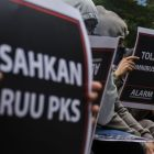 Sejumlah aktivis di Bandung, Jawa Barat, melakukan unjuk rasa termasuk soal pengesahan RUU PKS (foto: Antara/Novrian Arbi)