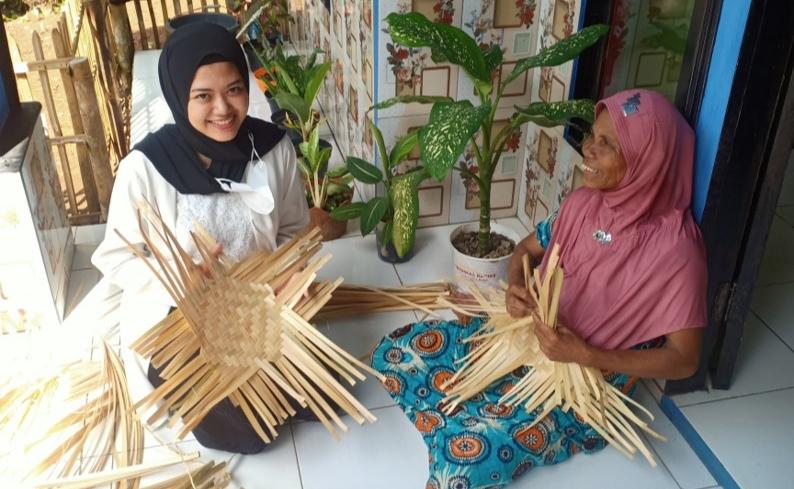 Pengrajin anyaman bambu di Salawu, Kabupaten Tasikmalaya (foto: GentraPriangan)