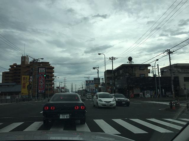 中野栄駅前を右折します。左手が駅左奥に焼肉屋さんやお寿司屋さんがある交差点です。