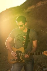 800px-Man_playing_guitar_in_a_portrait_with_lens_flare