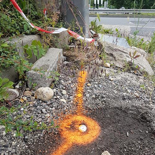borne orange au sol